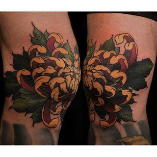 Chrysanthemum knee tattoo by La Madre Muerta. #flower #chrysanthemum #neotraditional #Japanese #LaMadreMuerta