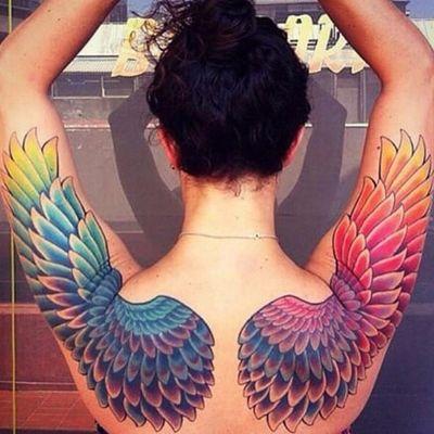 Asas multicoloridas #OrgulhoGay #GayPride #OrgulhoLGBT #ParadaGay #GayParade #preconceitoNao #amorlivre #freelove #arcoiris #rainbow #asas #wings