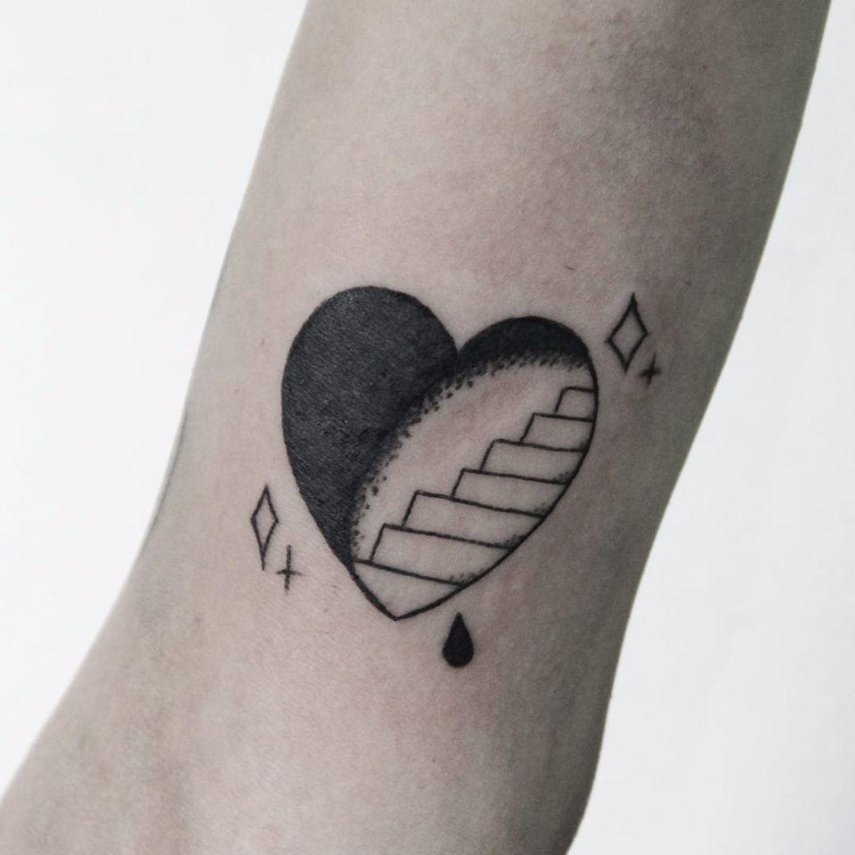 Escada do coração! #CarolineWestt #TatuadorasDoBrasil #blackwork #escada #ladder #coração #heart