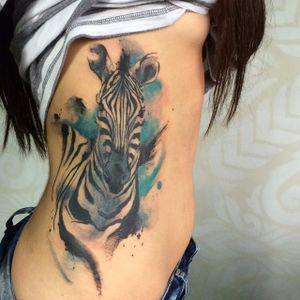 Por Victor Octaviano! #VictorOctaviano #tatuadoresbrasileiros #aquarela #aquarelatattoo #watercolor #watercolortattoo #zebra #zebratattoo