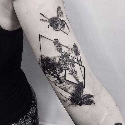 Feita por Sara Reichardt #SaraReichardt #SamSara #gringa #blackwork #arvore #tree #geometric #geometrica #planta #plant #lor #flower #pontilhismo #dotwork #abelha #bee