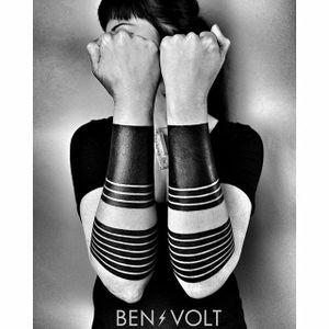 Some of Ben Volt's badass black armbands (IG—benvolt). #BenVolt #blackwork #Bold #forearm #negativespace