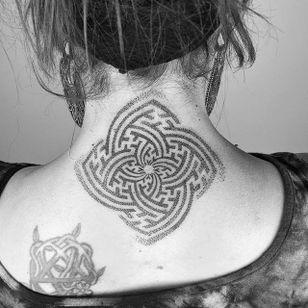 Rad looking little tattoo by Inga Hannarr. #ingahannarr #geometric #dotwork