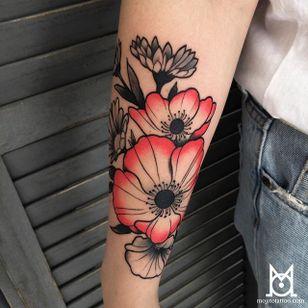 Flower Tattoo by Morgane Jeane #flower #flowertattoo #contemporarytattoos #delicatetattoo #moderntattoo #colorful #colorfultattoo #bestattoos #frenchtattoo #MorganeJeane