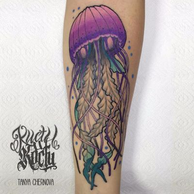 Por Tanya Chernova #TanyaChernova #aguaviva #jellyfish #jellyfishtattoo #colorida #colorful #neotraditional #degrade