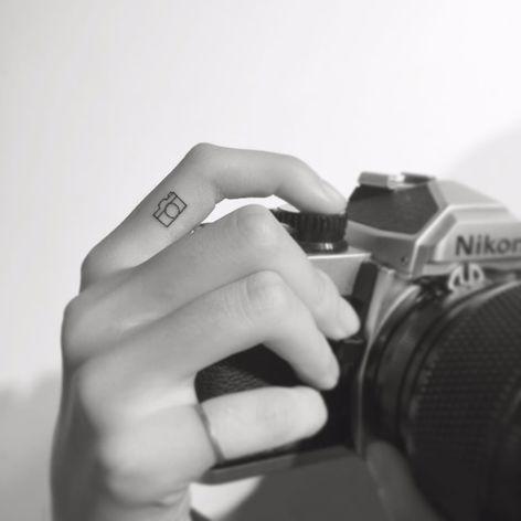 Por Playground Tattoo #PlaygroundTattoo #gringo #cute #fofo #minimalista #minimalist #small #pequeno #fineline #fotografia #photography #camera