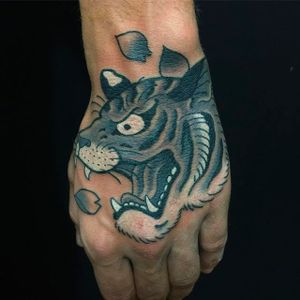 Simple yet stunning tiger's head tattoo by Horitou. #ThomasPineiro #Horitou #blackgardentattoo #japanese #tiger #tora