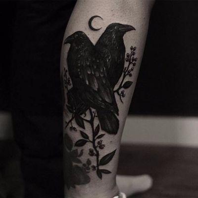 Corvos com uma pequena lua feito por Liz Minelli #LizMinelli #corvo #blackwork #crow #TatuadorasDoBrasil