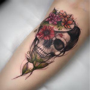 #RenataHenriques #RehTattoo #brasil #brazil #brazilianartist #TatuadorasDoBrasil #aquarela #watercolor #sketch #colorido #colorful #skull #caveira #flor #flower #cranio #folha #leaf