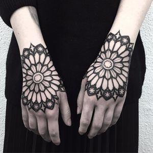 Hands like stained glass by El Uf #ElUf #ondotattoo #blackwork #ornamental #stainedglass #geometric #pattern #gothic #sacredgeometry #tattoooftheday