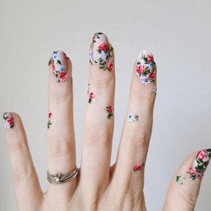 Delicate floral beauties by Lady Crappo (via IG-ladycrappo) #nailart #artist #art #botanical #floral #flowers #ladycrappo