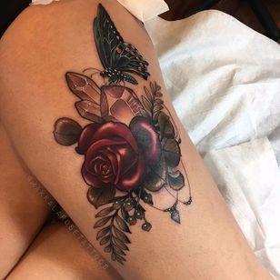 Um pedacinho precioso da natureza #MakkalaRose #gringa #neotraditional #colorido #colorful #flor #flower #folha #leaf #cristal #crystal #rosa #rose #borboleta #butterfly #nature #natureza #botanica #botanical
