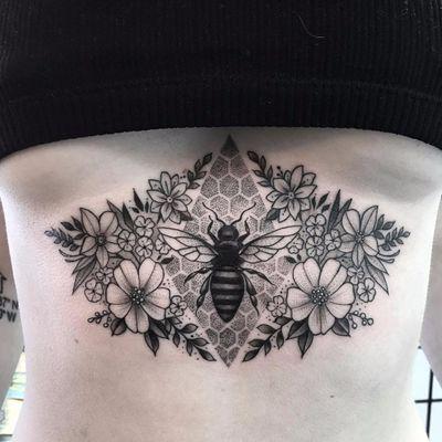 Por Kailee Love #KaileeLove #gringa #blackwork #pontilhismo #dotwork #blackandgrey #pretoecinza #abelha #bee #flor #flower #folha #leaf #botanica #botanical #planta #plant #underboob