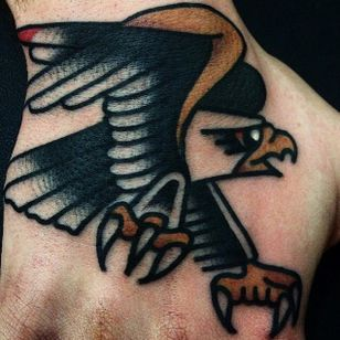 Super clean and solid eagle tattoo on the hand. Superb work by Giacomo Fiammenghi. #giacomofiammenghi #eagle #handtattoo #traditionaltattoo #brightandbold