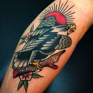 Rad eagle tattoo with some classic traditional blossoms. Tattoo by Giacomo Fiammenghi. #giacomofiammenghi #traditional #eagle #blossom #coloredtattoo