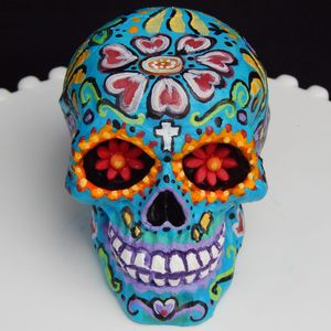 Awesome Hand-painted Sugar Skull Cake by Elizabeth Miles #ElizabethMiles #CakeArtist #CakeArt #Sugarskull #DayoftheDead #Diadelosmuertos