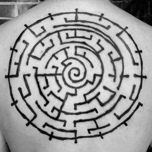 A brushstroke style labyrinth by Watsun Atkinsun (IG—watsunatkinsun). #blackwork #maze #labyrinth #WatsunAtkinsun