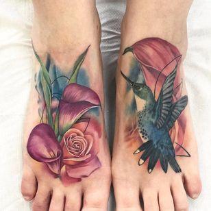 Por Freddie Albrighton #FreddieAlbrighton #gringo #colorido #colorful #realismo #realism #realismocolorido #flor #flower #rose #rosa #passaro #ave #bird #beijaflor #hummingbird #folha #leaf