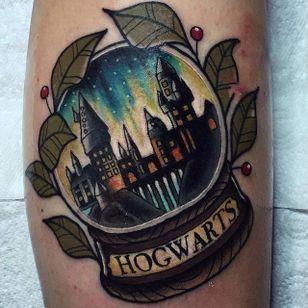 Hogwarts in a snow globe tattoo by Chris Stockings. #snowglobe #glass #harrypotter #hogwarts