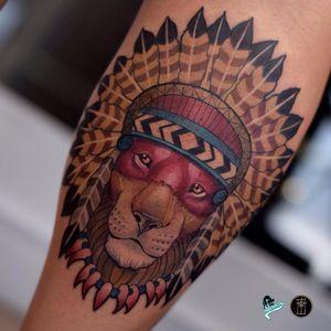 Leão por Neto Lobo! #NetoLobo #Tatuadoresbrasileiros #tatuadoresdobrasil #tattoobr #tattoodobr #neotradicional #neotraditional #newtraditional #colorful #colorido #fullcolor #lion #leão