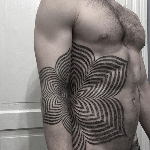 The proportionality and placement on adjacent body parts by Nathan Mould creates a dope optical illusion. #arm #geometric #NathanMould #opticalillusion #ornamental #stippled #torso
