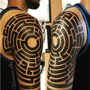 A bold blackwork maze by Veronica Lee (IG—veronica_lee_artist). #blackwork #maze #labyrinth #VeronicaLee