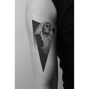 A lovely looking nun and man's silhouette via Pawel Indulski (IG—dotyk.tattoo). #artistic #blackandgrey #dotwork #nun #PawelIndulski #pointillism #stippling