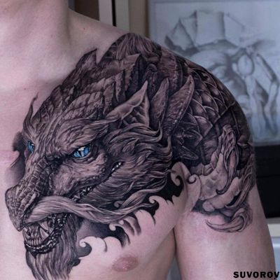 Por Aleksandr Suvorow #AleksandrSuvorow #dragao #dragaotattoo #dragontattoo #mitologia #mythology #blackandgrey #pretoecinza #dragon