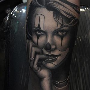Who knows what this payasa girl by Ryan Evans (IG-ryan_evans) has on her mind? #blackandgrey #Chicano #payasagirl #portraiture #RyanEvans