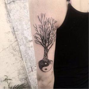 Yin Yang de Akauã Pasqual. #AkauaPasqual #arvores #trees #folhas #leafs #TatuadoresDoBrasil #yinyang #blackwork