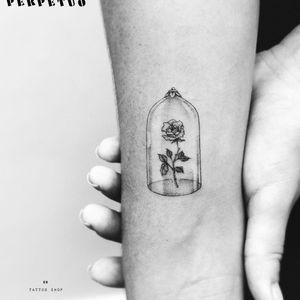 Lindíssima tattoo delicada! #PerpetuoTattoo #BernardoBoni #RioDeJaneiro #fineline #blackwork #designer #TatuadoresDoBrasil #flor #flower #pontilhismo #dotwork