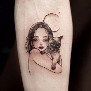 Kitty Queen by Zihae #Zihae #blackandgrey #linework #fineline #portrait #petportrait #cat #kitty #moon #girl #face #cute #tattoooftheday