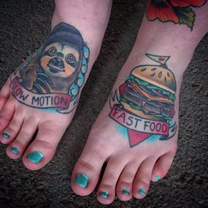 Tattoo por Sofie Johansson! #SofieJohansson #Hamburguer #burger #burgerlove #hamburger #fastfood #foottattoo #sloth #bicho-preguiça