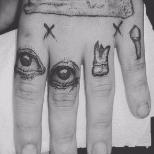 Olho por olho, dente por dente! #GabsHovacker #Darkline #sketch #blackwork #linhas #tatuadoresdobrasil #olho #eye #dente #teeth #pontilhismo #dotwork