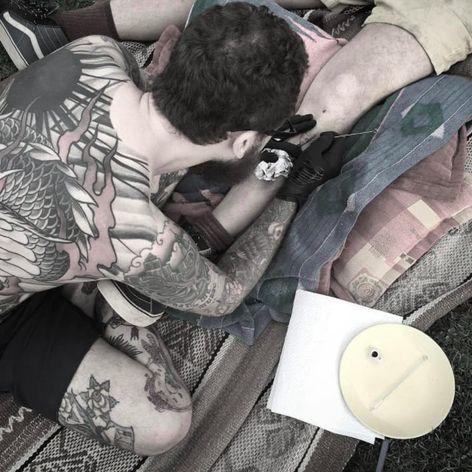 Mike Burns hand poking a tattoo in the Sacred Valley of Peru #MikeBurns #Peru #handpoked #handpoke #stickandpoke #nature #openair