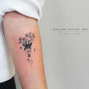 Tattoo por Marcelo Ret! #MarceloRet #TatuadoresBrasileiros #TatuadoresdoBrasil #TattooBr #TattoodoBr #cervo #deer #minimalist #minimalista #animal #nature #natureza #flowers #flores