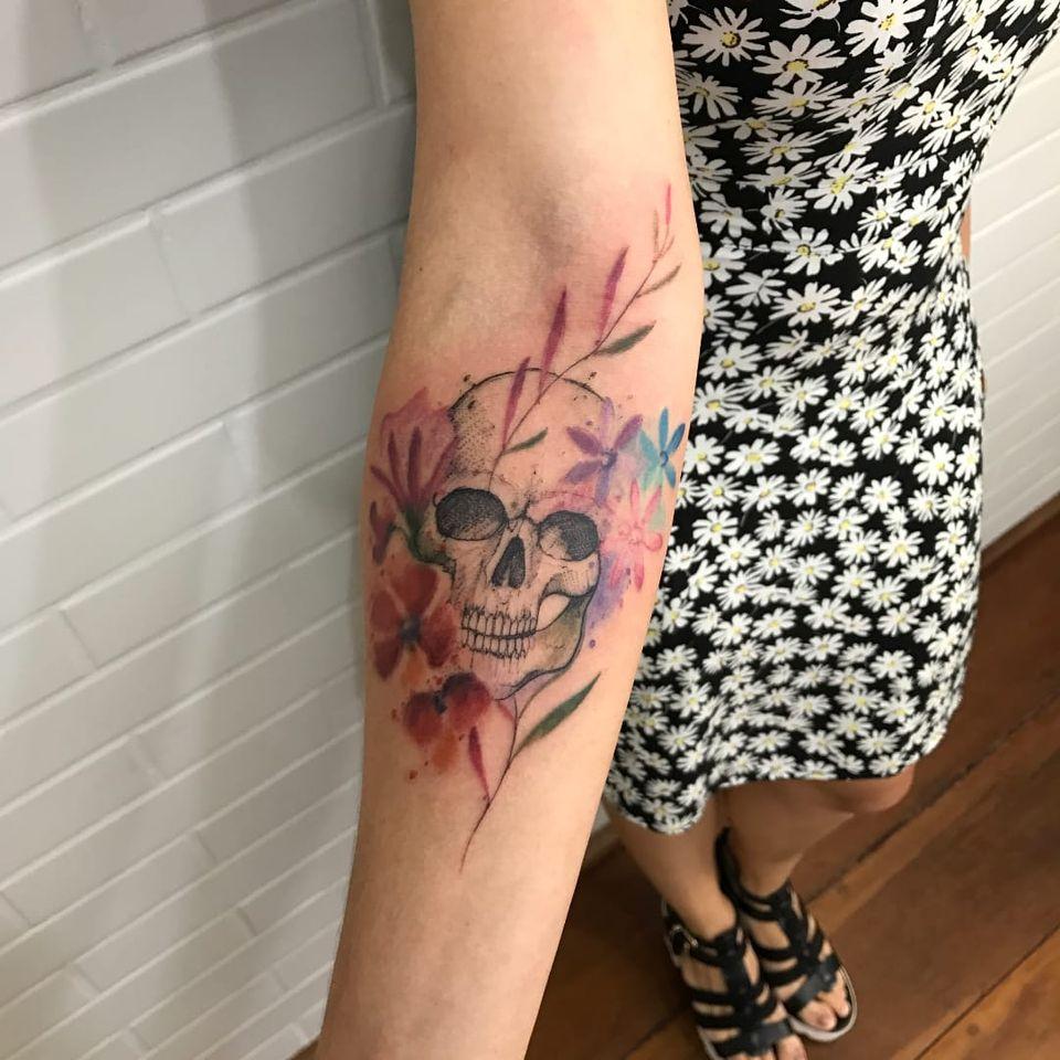 Caveirinha floridinha ##LCJunior #brazilianartist #brasil #brazil #tatuadoresdobrasil #aquarela #watercolor #skull #caveira #flor #flower #cranio #folha #leaf