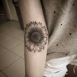 Girassol por Anna Luiza Schramm! #AnnaLuizaSchramm #TatuadorasBrasileiras #TatuadorasdoBrasil #TattooBr #TattoodoBr #girassol #sunflower #flower #flor