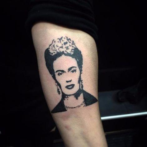 Frida Khalo, ícone da arte. #PolyannaCorrea #tattooartist #TatuadorasDoBrasil #brasil #brazil #brazilianartist #artistabrasileira #fridakahlo #girlpower #empoderada #blackwork #face #rosto #pintora #feminismo #mulher #woman