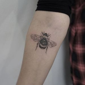 A realistic little bubble bee by Ruby May Quilter (IG—rubymayqtattoo). #blackandgrey #bumblebee #finelined #RubyMayQuilter