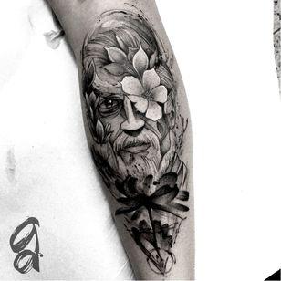 Homem e as flores. #GustavoAbreu #blackwork #fineline #sketch #TatuadoresDoBrasil #homem #man #flores #flowers