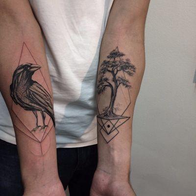 Corvo e árvore por Alexandre Aske! #AlexandreAske #Ttatuadoresbrasileiros #tatuadoresdobrasil #tattoobr #tattoodobr #sketchtattoos #sketch #raven #crow #tree #árvore