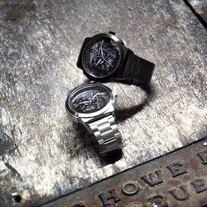 No detalhe: Os relógios Maori!