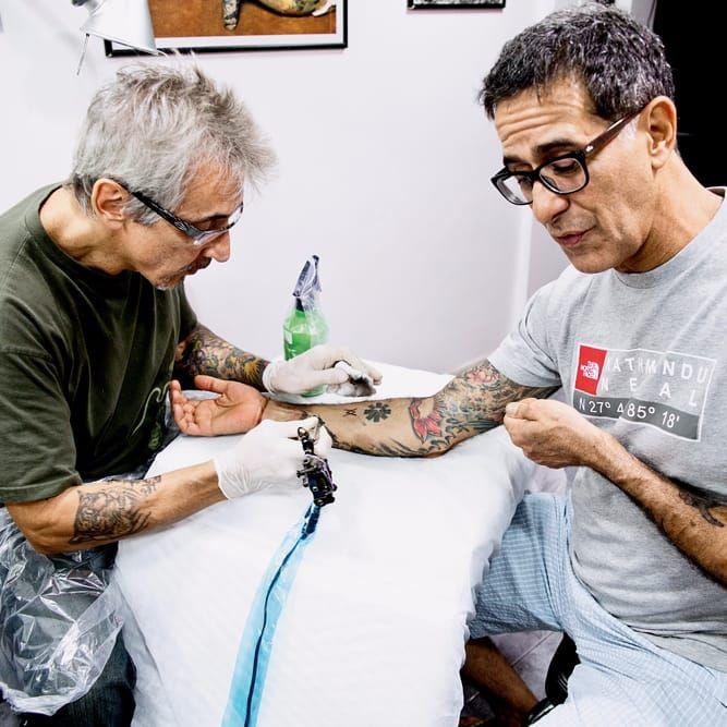 Caio Tattoo em ação! #CaioTattoo #historiadatattoo #estudiosantigos #curiosidades #TatuadoresDoBrasil