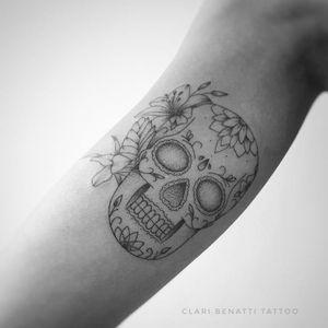Caveira mexicana por Clari Benatti! #ClariBenatti #TatuadorasBrasileiras #TatuadorasdoBrasil #TattooBr #RiodeJaneiro #TattoodoBr #fineline #linhafina #traçofino #delicada #delicate #skull #caveira #caveiramexicana #pontilhismo #dotwork