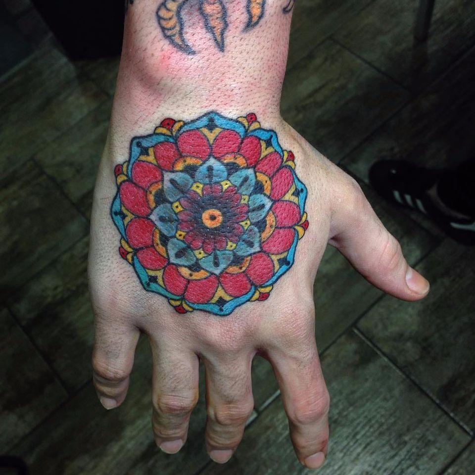 Mandala por Filipe Tonon! #FilipeTonon #TatuadoresBrasileiros #tatuadoresdobrasil #tattoobr #tattoodobr #traditional #tradicional #oldschool #mandala
