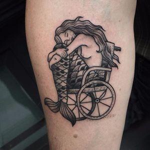 Sereia cansada #SusanneKonig #Suflanda #blackwork #pontilhismo #dotwork #traditional #tradicional #gringa #sereia #mermaid #woman #mulher #girl #garota #cadeiraderodas #wheelchair