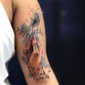 Tome uma flor #VictorMontaghini #brasil #brazil #tatuadoresdobrasil #brazilianartist #estilorascunho #sketchstyle #watercolor #aquarela #colagem #mao #hand #flor #flower #dentedeleão #frase #quote #phrase