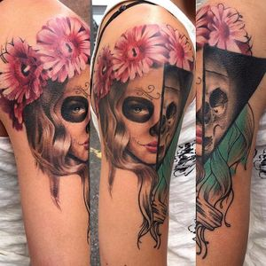 Realizada por Kirsten Pettitt #KirstenPettitt #gringa #colorida #fullcolor #woman #mulher #katrina #flor #flower #skull #caveira #ilustração #illustration #realism #realismo #pretoecinza #blackandgrey