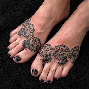 Matching feet pieces. (via IG - bastienjean) #ornamental #decorative #linework #bastienjean